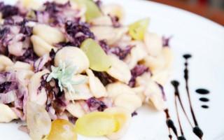 Ricetta orecchiette con radicchio, uva e aceto balsamico ...