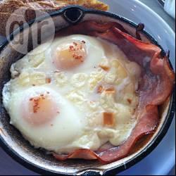 Uova al forno con prosciutto e scamorza affumicata