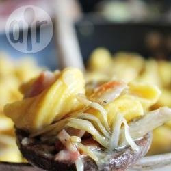 Pasta allo zafferano con carciofi e pancetta