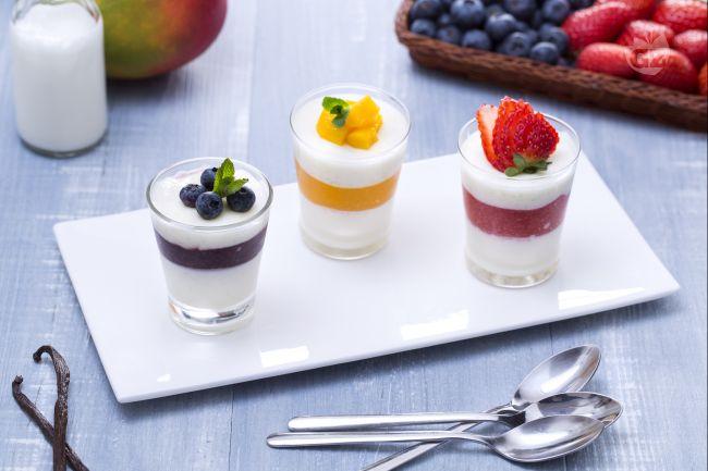 Ricetta tris di panna cotta alle fragole, mirtilli e mango