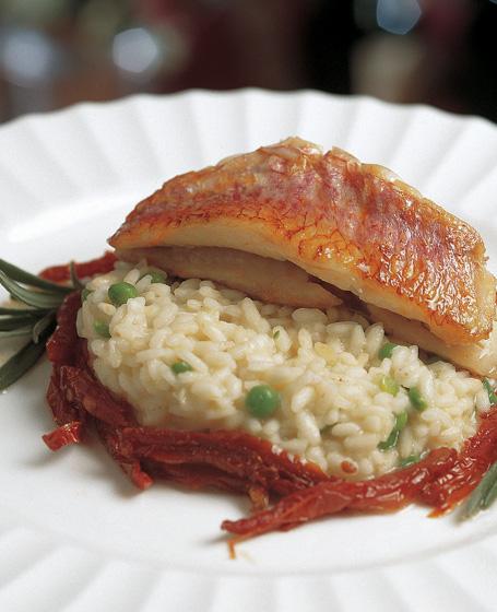 Risotto ai piselli freschi e pomodori secchi con triglie grigliate