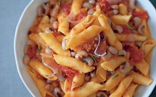 Ricetta garganelli con fagioli e crudo al rosmarino
