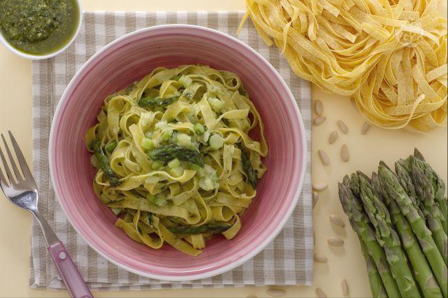 Ricetta tagliatelle agli asparagi e pesto