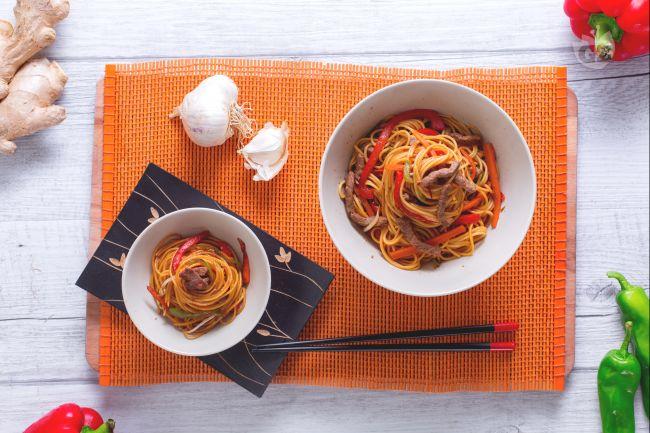 Ricetta spaghettini con manzo marinato e verdure