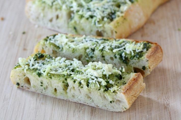 Pane all'aglio, burro e basilico