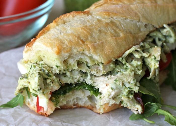 Sandwich di pollo al pesto