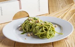 Ricetta spaghettoni con pesto di cicoria, biete e acciughe ...
