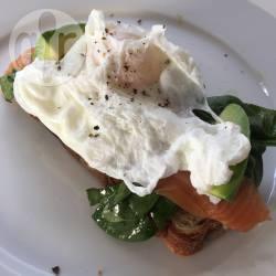 Uovo in camicia con avocado, spinaci e salmone affumicato