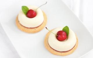 Ricetta bavarese al cioccolato bianco, gelée alla ciliegia e sablé al ...