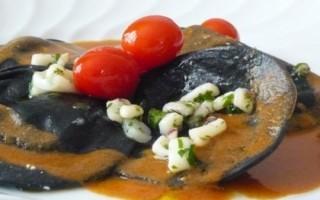 Ricetta ravioli neri di ricotta con ragù di calamari, pomodorini e ...