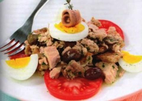 Insalata con tonno, uova e acciughe