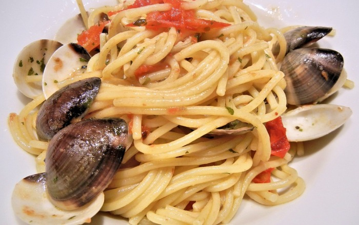 Spaghetti con vongole e pomodori