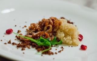 Ricetta insalata tiepida di quinoa, ragù di calamari e sabbia di pane ...