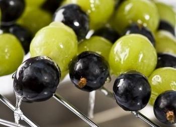Spiedini di uva caramellati