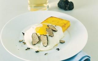 Ricetta uova fritte con polenta e tartufo