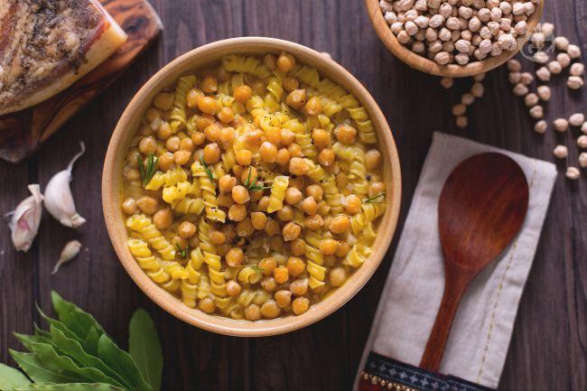 Ricetta pasta in zuppa di ceci, alloro e aglio rosso