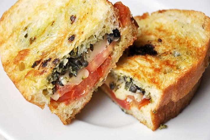 Sandwich al pesto olive e formaggio