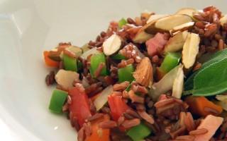Ricetta riso rosso con maiale, mandorle e peperoni