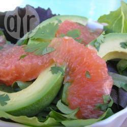 Insalata con pompelmo rosa e avocado