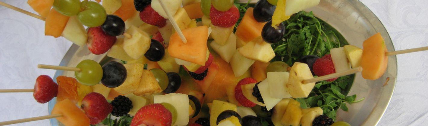 Ricetta spiedini di ananas, fragole e mele con salsina