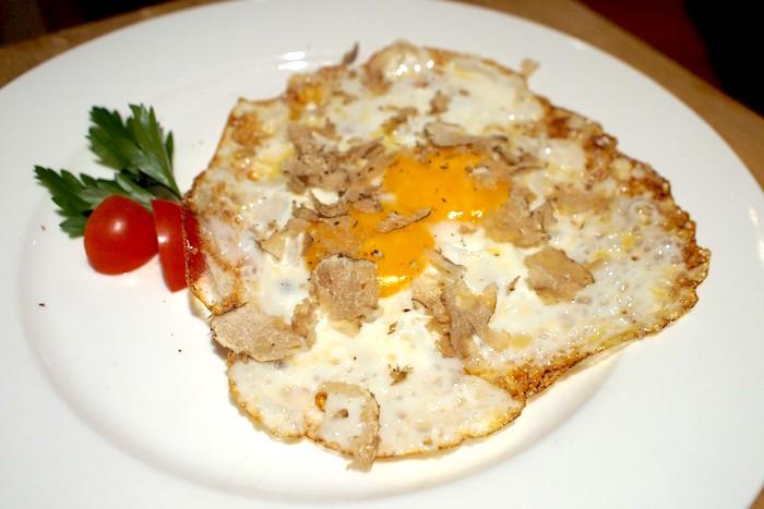Tegamini di uova talucco e tartufo bianco d'alba