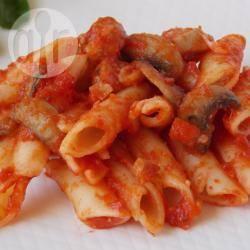Pasta al pomodoro, salsiccia e funghi