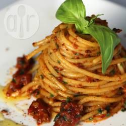 Spaghetti al pesto di pomodori secchi e peperoncino