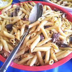 Insalata di pasta con olive feta e pomodori secchi