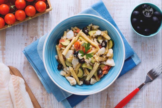 Ricetta caserecce al sugo di merluzzo, zucchine e olive nere
