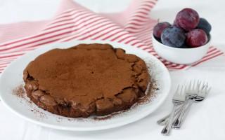 Ricetta torta al cioccolato con susine e vino rosso