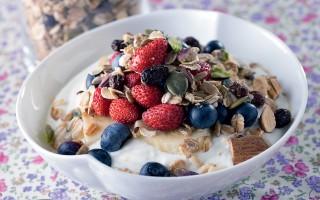 Ricetta granola con frutti di bosco e yogurt
