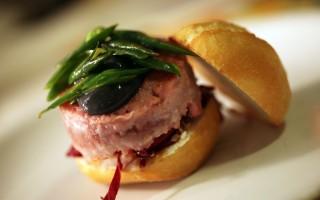 Ricetta hamburger di tonno, caprino e maionese nera