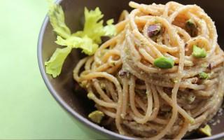 Ricetta spaghetti al pesto di sedano e pistacchi
