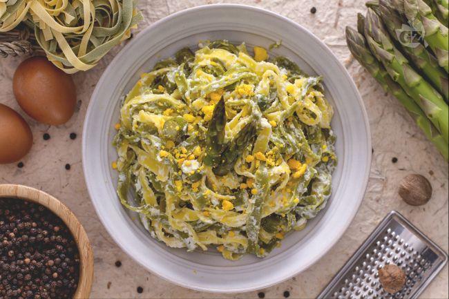 Ricetta paglia e fieno con asparagi e uova