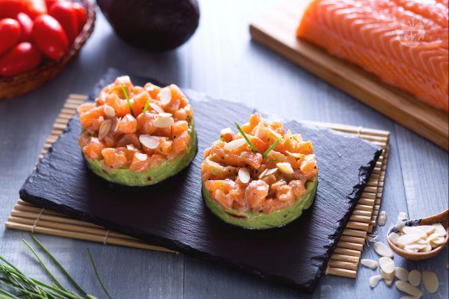 Ricetta tartare di salmone con crema di avocado e mandorle tostate ...