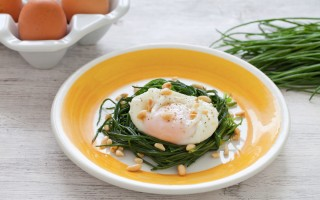 Ricetta uovo poché, barba di frate e pinoli