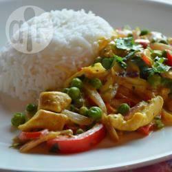 Pollo al curry con peperoni e piselli