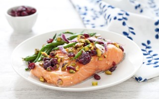 Ricetta filetto di salmone al cartoccio con fagiolini, mirtilli rossi e ...