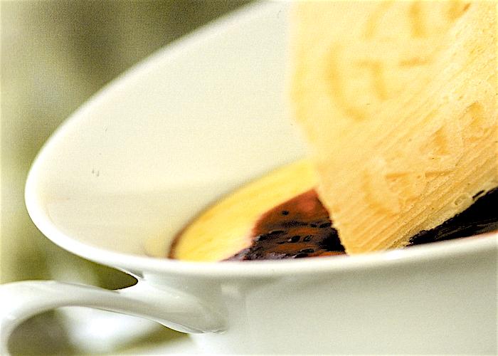 Mousse al cioccolato avorio con salsa ai frutti di bosco