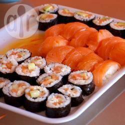 Sushi con salmone, avocado e formaggio cremoso