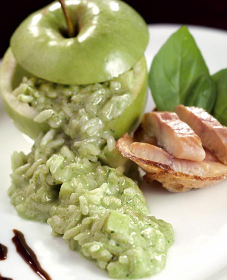 Riso carnaroli all'aglio orsino e mela verde con anguilla affumicata