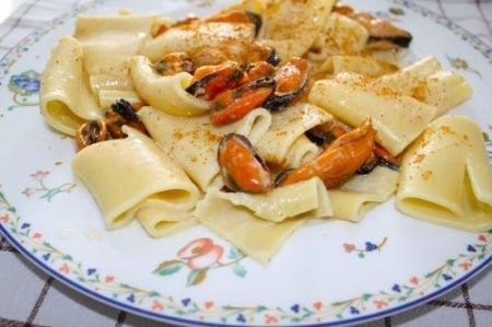 Ricetta paccheri con cozze, fonduta di grana e bottarga