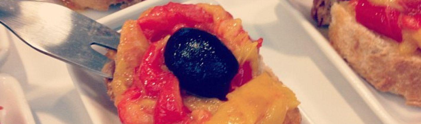 Ricetta bruschette con peperoni arrosto e olive