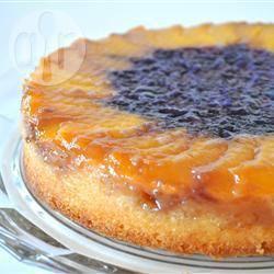 Torta rovesciata con prugne e mirtilli
