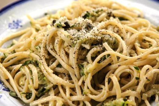 Spaghetti con zucchine e piselli