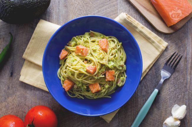 Ricetta spaghetti con guacamole e salmone croccante