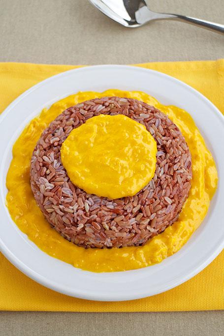 Riso rosso con salsa in giallo