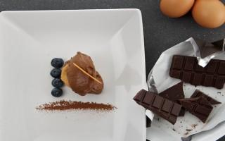 Ricetta mousse al cioccolato, frutti rossi e lingue di gatto