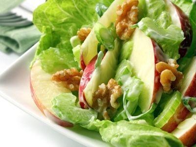 Ricetta insalata invernale con mele uvetta e noci