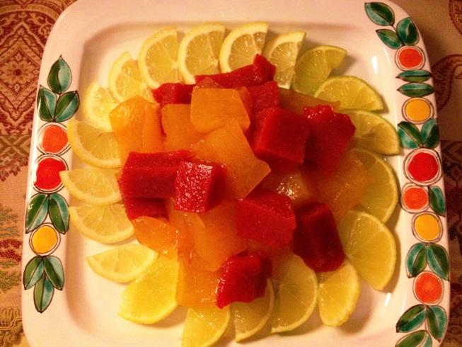 Cubetti di gelatina di clementine e fragoloni